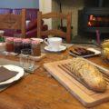 Petit-déjeuner en hiver au coin du feu